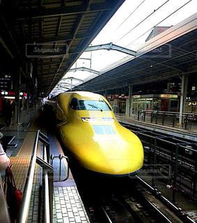 駅に引いて黄色い電車の写真・画像素材[1826881]