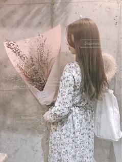 建物の前に立っている女性の写真・画像素材[913080]
