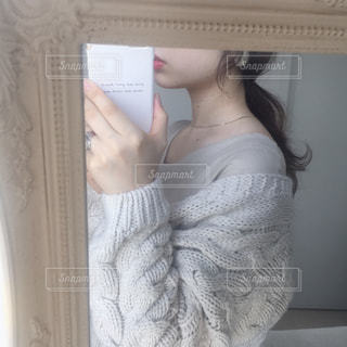 カメラにポーズ鏡の前に立っている女性の写真・画像素材[1132502]