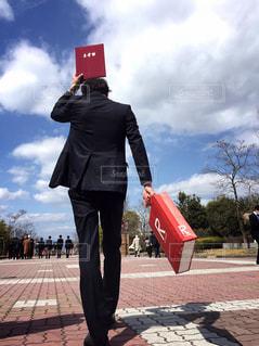 身に着けているスーツとネクタイ、歩道の上を歩く人の写真・画像素材[1093073]