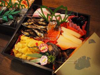 テーブルの上に食べ物の種類でいっぱいのボックスの写真・画像素材[1742640]