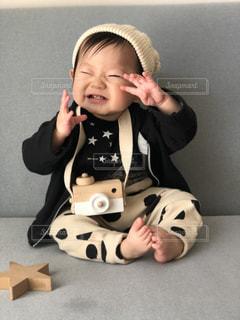 カメラをかけてポーズする赤ちゃんの写真・画像素材[1831861]
