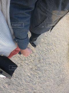 近くに青と黒の靴を履いて足のアップの写真・画像素材[1590339]