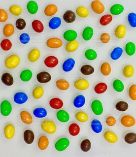 さまざまな種類のケーキをのせた白プレートの写真・画像素材[1114184]