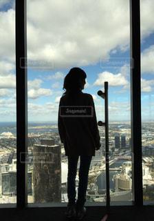 大きい窓から見る美しい景色の写真・画像素材[1118137]