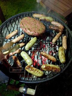 グリルの上に食べ物のプレートの写真・画像素材[1220033]