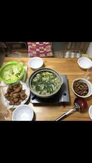 テーブルの上に食べ物のボウルの写真・画像素材[1084438]