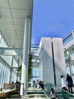 建物の前に人々 のグループの写真・画像素材[1101274]