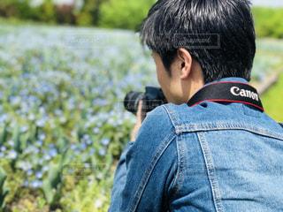 ネモフィラ畑で写真撮影の写真・画像素材[1173115]