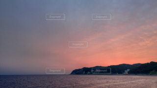 水の体に沈む夕日の写真・画像素材[955660]