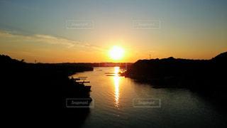 水の体に沈む夕日の写真・画像素材[955665]