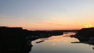 水の体に沈む夕日の写真・画像素材[955666]