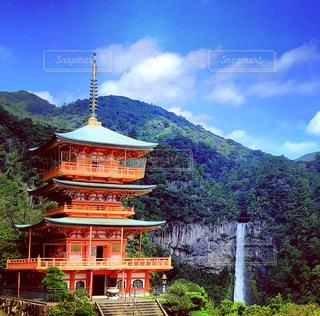 背景の山と建物那智の滝の写真・画像素材[1459279]