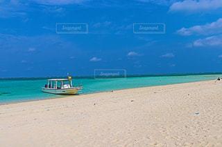 日本とは思えない真っ白な砂浜と、エメラルドグリーンの海と真っ青な空の写真・画像素材[1094297]