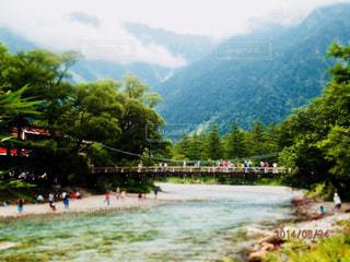 背景の山と水の大きな体の写真・画像素材[1202647]
