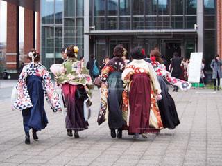 歩道を歩いている人のグループの写真・画像素材[1086821]