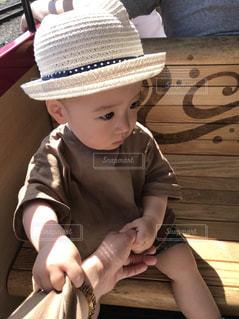 ベンチに座っている少年の写真・画像素材[1160611]
