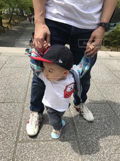 歩道上に立って小さな男の子の写真・画像素材[1160644]