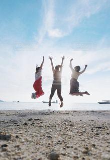 砂浜の上に立つ人々 のグループの写真・画像素材[1385272]