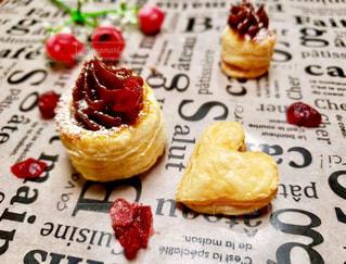 紙皿の上にケーキを置くの写真・画像素材[2949108]