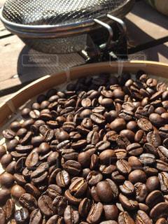 キャンプでのコーヒー焙煎の写真・画像素材[1146834]