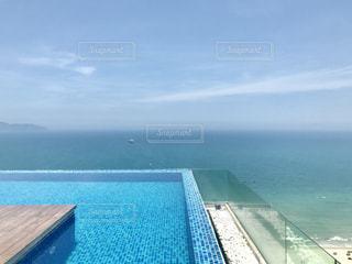 水の体の真ん中に島の写真・画像素材[1229150]