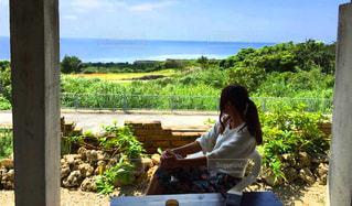 ピクニック用のテーブルに座っている人の写真・画像素材[1285501]