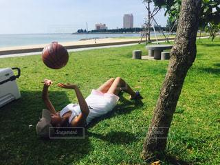 公園でバスケットボールを持っている人の写真・画像素材[1292562]