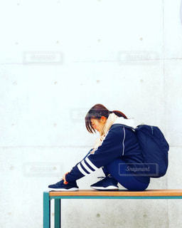 ベンチに座っている人の写真・画像素材[2107256]