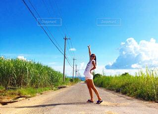 女性,海,空,夏,青空,青,日焼け,暑い,沖縄,Tシャツ,旅行,シャツ,夏服,半袖
