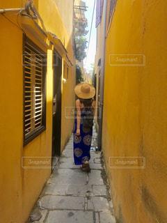 夏,海外,ワンピース,後ろ姿,黄色,人物,背中,壁,人,後姿,旅行,インスタ映え