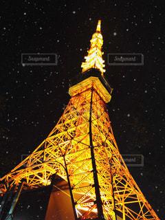 時計塔を背景に東京タワーの夜のライトアップの写真・画像素材[1194681]