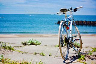 水の体の横に自転車を駐車します。の写真・画像素材[1408240]