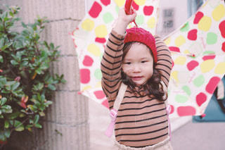 帽子をかぶった小さな女の子の写真・画像素材[1092338]