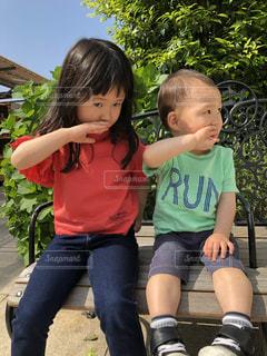 夏,女の子,外,男の子,弟,1歳,4歳,姉,お庭,半袖