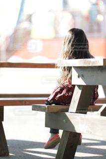 屋外,後ろ姿,ベンチ,女の子,椅子,人物,背中,人,後姿