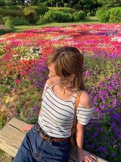 花畑と女性の写真・画像素材[2106049]