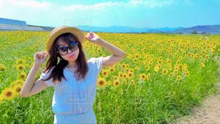 ひまわり畑と女性の写真・画像素材[2106068]