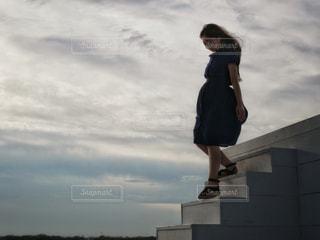 階段を下りる女性の写真・画像素材[2147850]