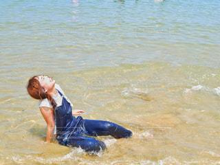 ずぶ濡れの女性の写真・画像素材[2431000]