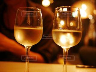 飲み物,屋内,ガラス,テーブル,イベント,食器,ワイン,グラス,泡,カクテル,乾杯,バー,ドリンク,シャンパン,パーティー,アルコール,手元,飲料,半分