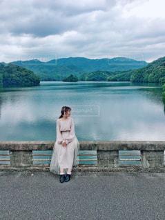 湖の前での写真・画像素材[3104733]
