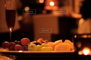 フルーツ盛りとワインの写真・画像素材[1637702]