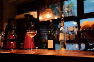 バーカウンターの白ワインの写真・画像素材[1637706]
