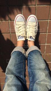 靴の前に立っている人の写真・画像素材[1124710]