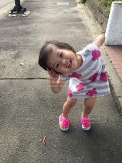 駐車場の小さな女の子の写真・画像素材[1165066]