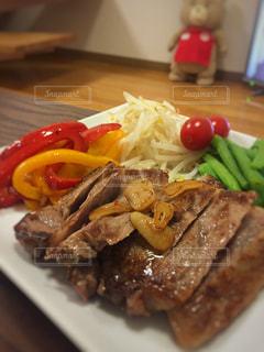 テーブルの上に食べ物のプレートの写真・画像素材[1280416]