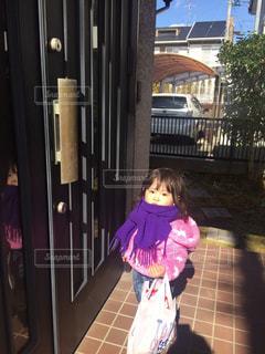 建物の前に立っている女の子の写真・画像素材[1687503]