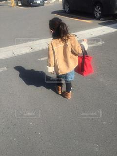 屋外,後ろ姿,女の子,4歳,晴れの日