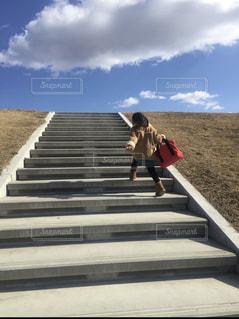 階段,後ろ姿,女の子,楽しい,晴れの日,ワクワク